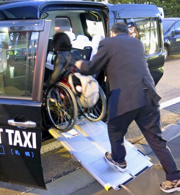 車いすのまま乗車できるスロープ付きのUDタクシー(2019年10月、札幌市)=共同