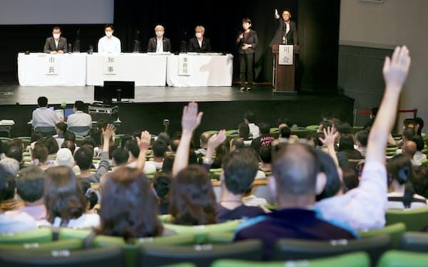 大阪都構想の住民説明会で質問のため手を挙げる参加者(4日、大阪市中央区)