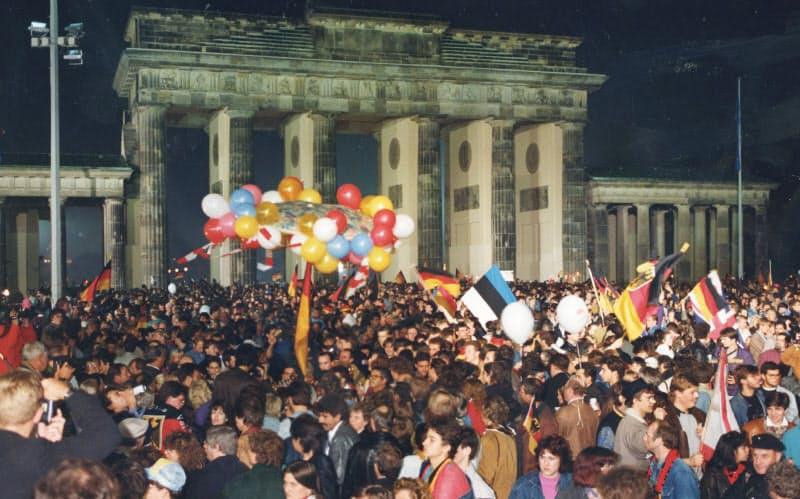 ブランデンブルク門の前で東西ドイツ統一を喜ぶ市民たち(1990年10月3日、ベルリン)