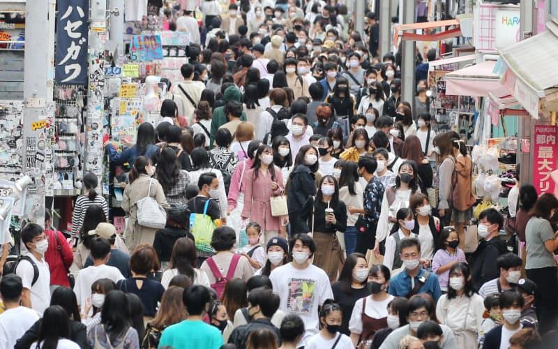多くの若者らでにぎわう原宿の竹下通り(4日、東京都渋谷区)