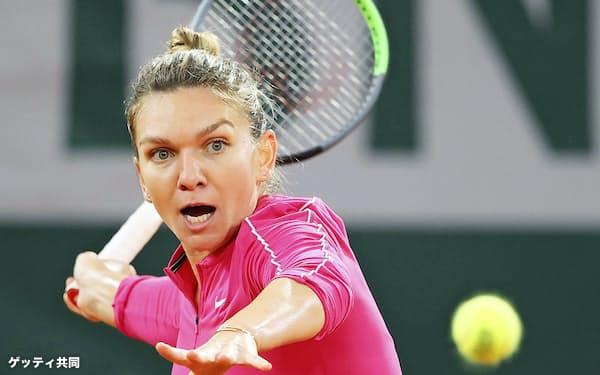 女子シングルス4回戦で、イガ・シュビオンテクに敗れたシモナ・ハレプ(4日、パリ)=ゲッティ共同