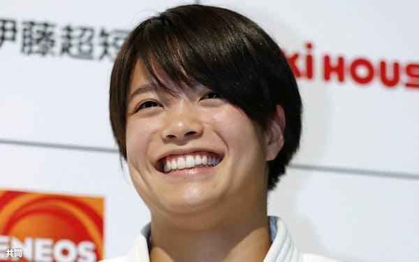 柔道のオンライン教室後、笑顔で取材に応じる東京五輪女子52キロ級代表の阿部詩(4日、横浜武道館)=共同