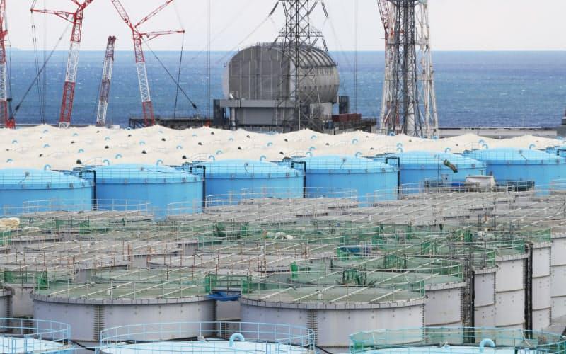 福島第1原発の敷地内に並ぶ処理水を入れたタンク