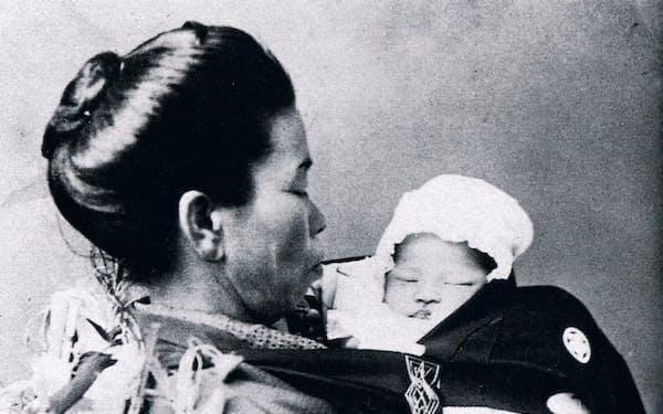 生後まもなく(左は乳母)