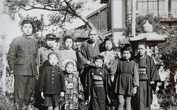 自宅で(前列左端が筆者、後列左から3人目が母、右隣が父、1948年)