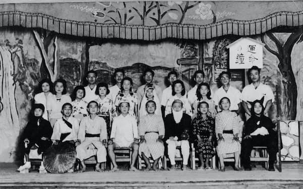 学芸会で(前列左から2人目)