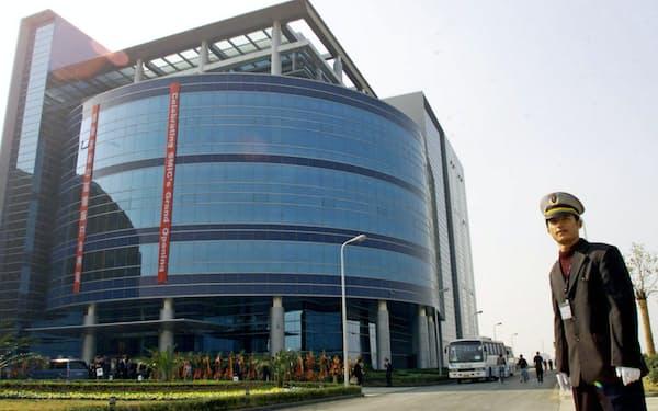 米政府の規制対象となったことが分かりSMICの株価は5日に急落した(上海市のSMIC社屋)=ロイター
