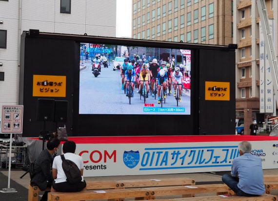 供用が始まった「お部屋ラボ 祝祭の広場」の常設大型LEDビジョン(3日、大分市)