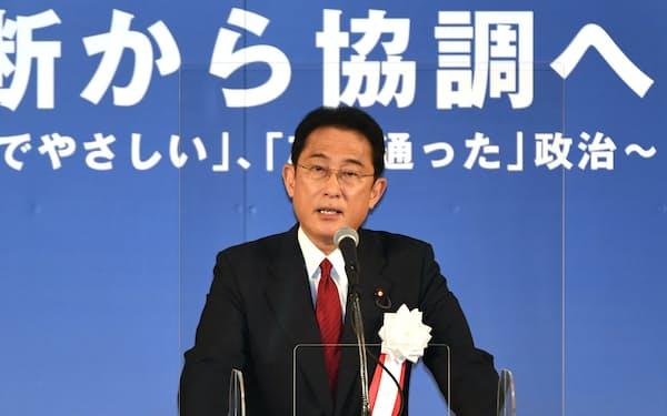 岸田派のパーティーで講演する自民党の岸田文雄前政調会長(5日、東京都港区)