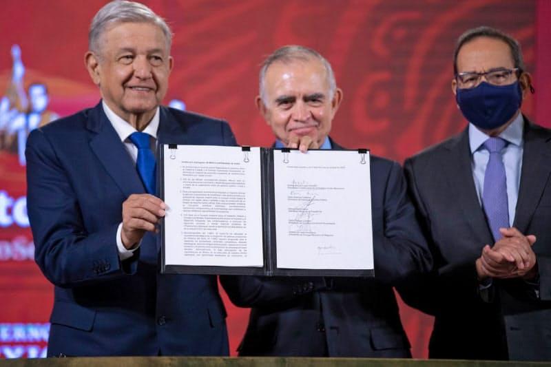 5日のロペスオブラドール大統領(左)の会見にはCCEのサラサル会長(右)も同席した(メキシコ大統領府提供)