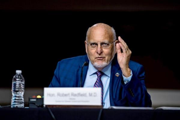 米CDCは濃厚接触による感染の方が「はるかに一般的だ」と強調する(9月、レッドフィールド所長)=ロイター