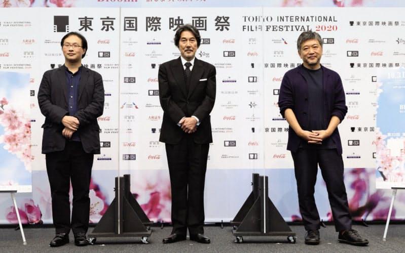 左から特集上映が組まれている深田晃司監督、フェスティバル・アンバサダーの役所広司、是枝裕和監督 (C)2020 TIFF