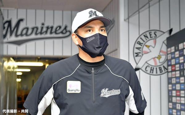 報道陣の取材に応じるプロ野球ロッテの井口資仁監督(6日午後、千葉市のZOZOマリンスタジアム)=代表撮影・共同