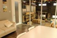 工場内の打ち合わせスペースから木材を成型したり切断する様子が見える(静岡市)