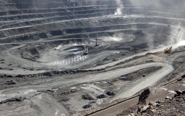 中国は鉱石生産で世界の6割を占める(内モンゴルのレアアース鉱山)=ロイター