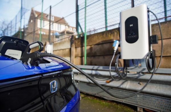 ホンダは英国でEVを使った双方向充電の実証実験なども展開