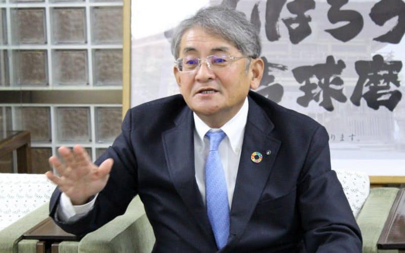 インタビューに答える熊本銀行の野村頭取(熊本市)
