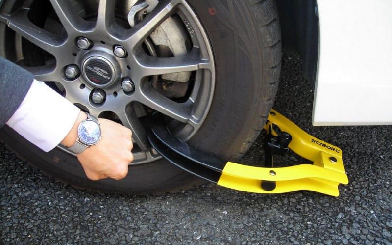 税の滞納で差し押さえられた車は、移動できないよう車輪をロックされる(所沢市収税課提供)