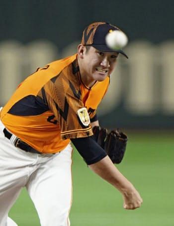 DeNA戦で勝利投手となり、プロ野球新記録となる開幕投手から13連勝を飾った巨人・菅野(6日、東京ドーム)=共同