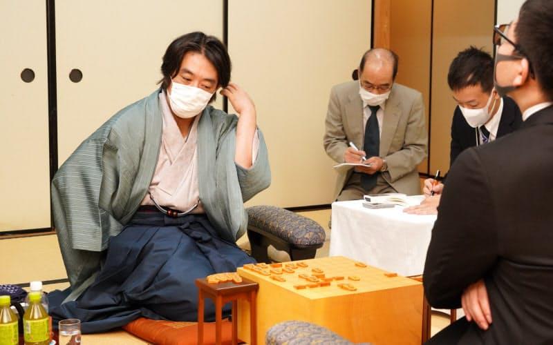 対戦成績を2勝2敗とした挑戦者の久保利明九段(左)(6日、神戸市中央区)