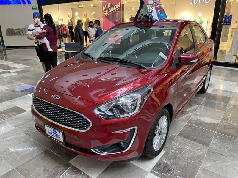 ショッピングセンターに展示されるフォードの車(メキシコシティ)
