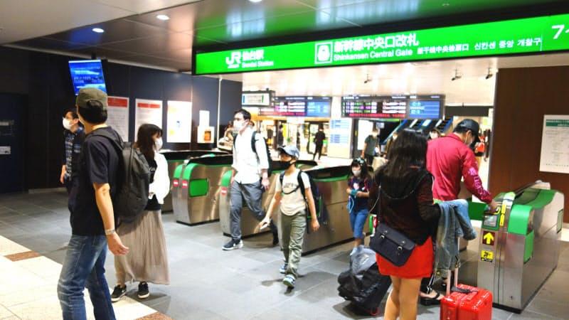 東京発着分が追加された週末には、多くの人がJR仙台駅に降り立った(3日)
