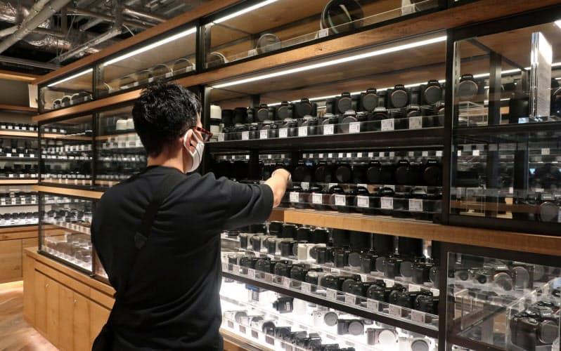 中古ミラーレスカメラは若年層にも人気が出ている(キタムラが運営する東京都新宿区の「新宿 北村写真機店」)