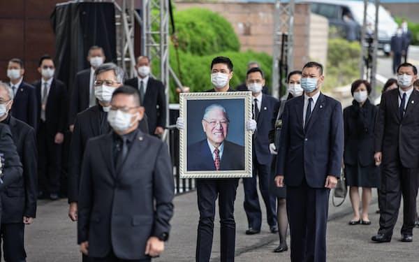 李登輝・元総統の埋葬の儀式。李氏の孫娘の夫にあたる趙贊凱氏が遺影を抱えた(7日、新北市)=国防部提供