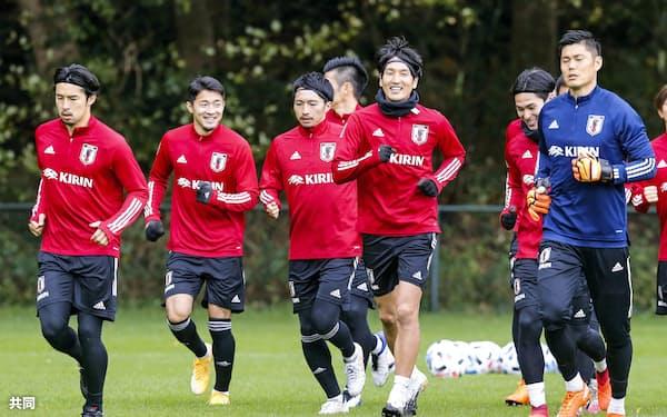 カメルーン戦へ向け、調整する日本代表の選手たち=共同