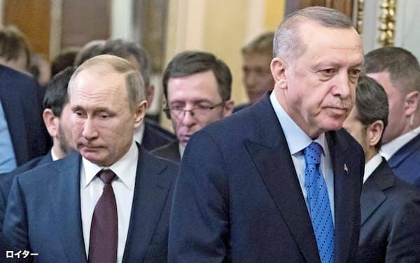 アゼルバイジャン紛争などを受け、トルコとロシアの通貨がともに下落している(トルコのエルドアン大統領(右)とロシアのプーチン大統領。3月、モスクワで)=ロイター