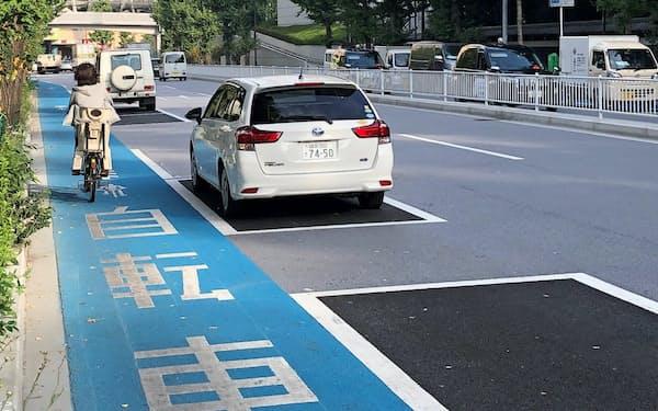 車の駐車位置をセンターライン寄りにし、自転車の走行を妨げないようにした自転車専用レーン(10月、東京都文京区)