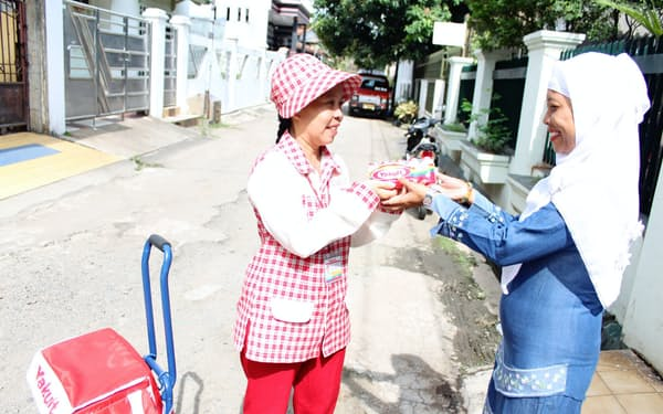インドネシアではヤクルトレディによる宅配が伸びている