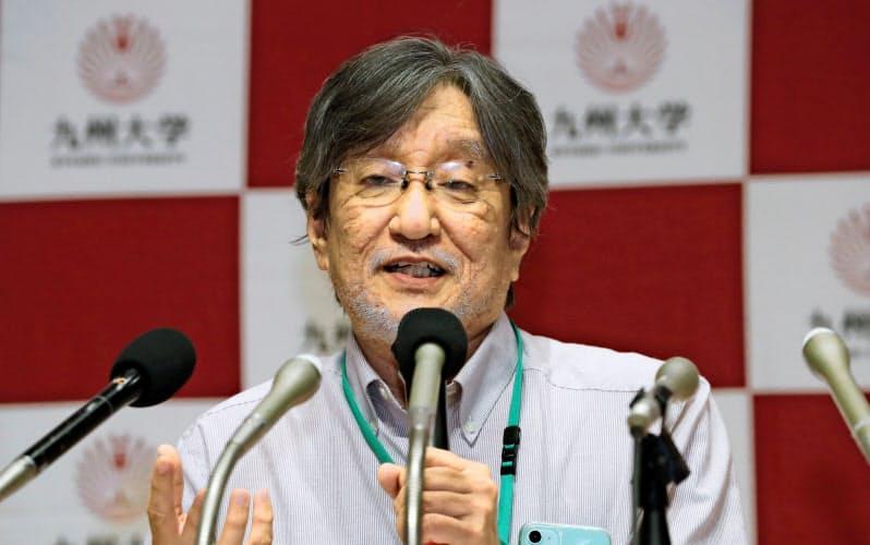 記者会見する九州大の石野教授(7日、福岡市)