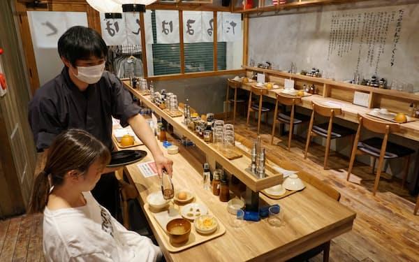 オベーションプラスは居酒屋だった店舗をハンバーグ専門店「だるまはんばーぐ」に切り替え、客席の3分の2以上を一人客向けのカウンター席とした(神戸市)