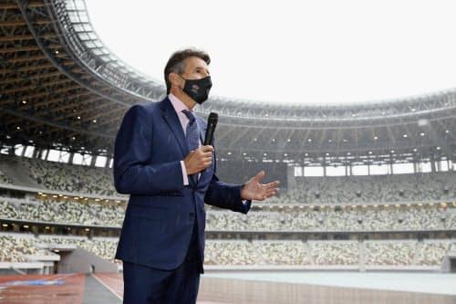 国立競技場を視察し、記者団の質問に答える世界陸連のセバスチャン・コー会長(8日午前)=代表撮影・共同