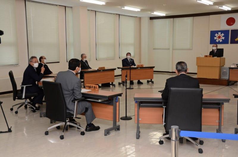 北海道の神恵内村議会は本会議を開き、核のごみの文献調査の応募検討の請願を採択した(8日、代表撮影)