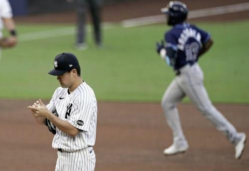 レイズ戦の5回、アロザレーナ(右)に本塁打を許したヤンキース・田中(7日、サンディエゴ)=AP