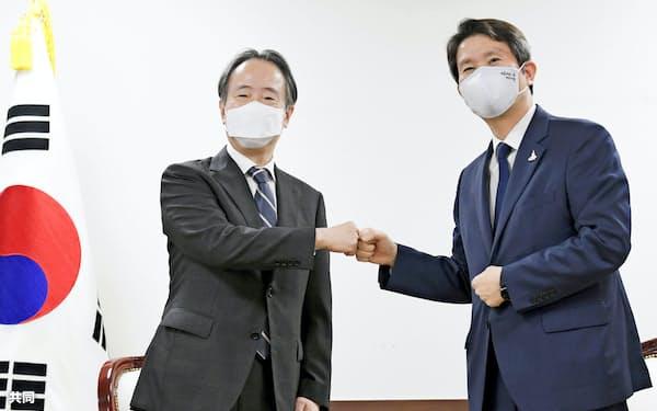 韓国の李仁栄統一相(右)は民族派学生運動のリーダーだった(9月1日、ソウルでの冨田浩司駐韓大使との会談)=共同