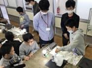 電源タップを水につけ、ブレーカーの仕組みを学ぶ(栖吉小学校、長岡市)