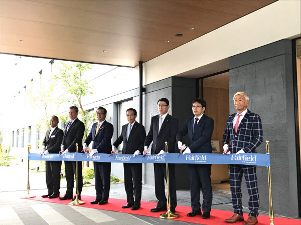 「フェアフィールド・バイ・マリオット・京都京丹波」の開業式典でテープカットする積水ハウスの仲井嘉浩社長(左から3人目)ら