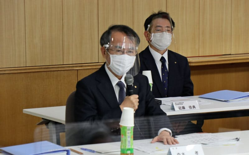 原子力懇談会であいさつする関西電力の森本孝社長(8日、福井県美浜町)