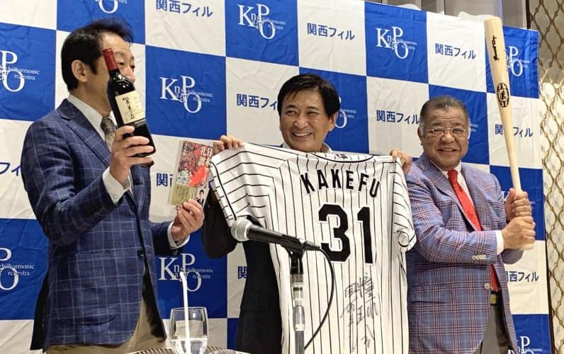 関西フィルの会見には元阪神タイガースの掛布雅之(右)や俳優の辰巳琢郎(左)も駆けつけた。中央は首席指揮者の藤岡幸夫(大阪市北区)