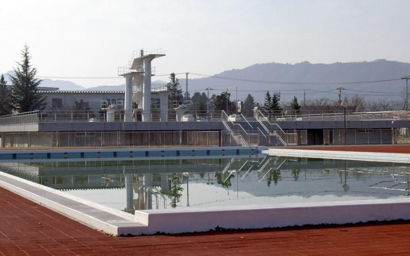山形県米沢市が廃止の方針を示した県内唯一の飛び込みプール(写真奥)