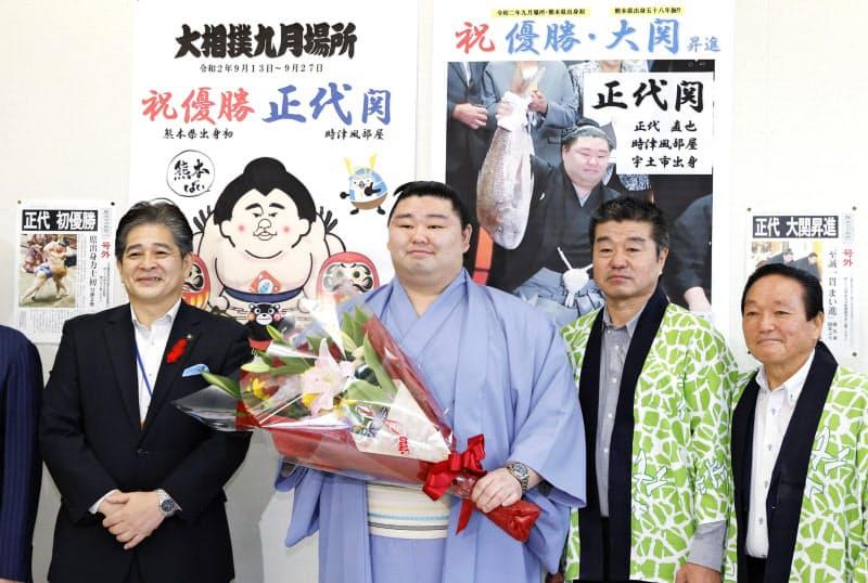 熊本県宇土市役所を8日に訪問し、写真撮影に応じる正代関(左から2人目)=共同