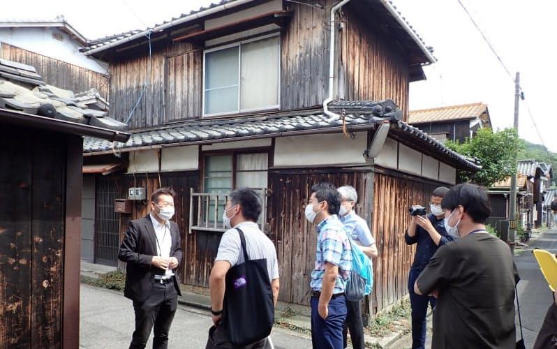 7月に直島を訪れ、現地の街並みについて説明を聞く岡山大の研究者ら