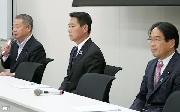 「大阪都構想」の実現に向けた決議後、記者会見する(左から)日本維新の会の馬場幹事長、国民民主党の前原元外相、立憲民主党の松原元国家公安委員長(8日)=共同