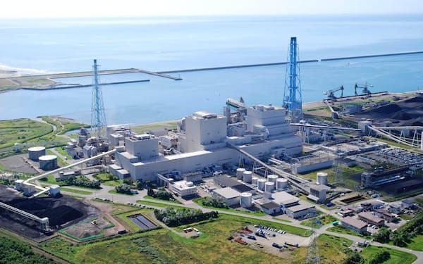 北海道電力では主力電源の苫東厚真発電所1、2号機などが削減対象になる見通しだ(北海道厚真町)