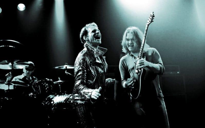 2012年のヴァン・ヘイレンの公演で演奏するエドワードさん(右)とデイヴィッド・リー・ロス(C)Robert Yeager