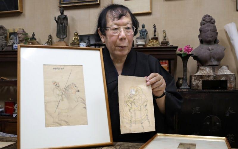 細密画の素描作品について解説する畠中氏(京都市のアトリエ)