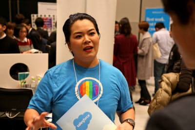 LGBTQの採用イベントでアウトフォースメンバーとして活動する岡林さん